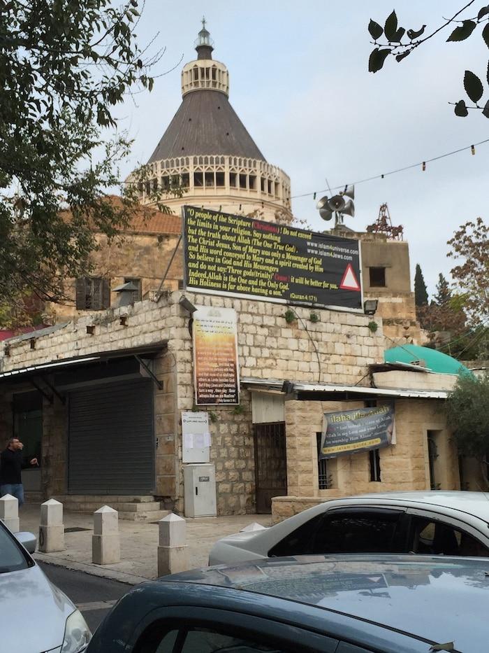 Kirken i Nazareth med propagandaplakater
